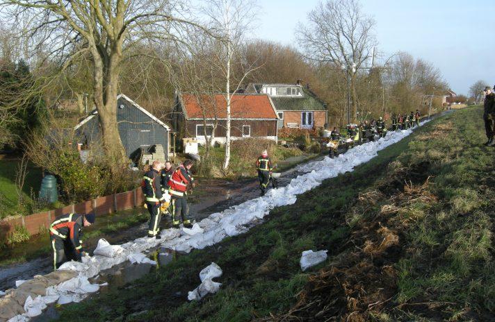 Zandzakken leggen in Woltersum