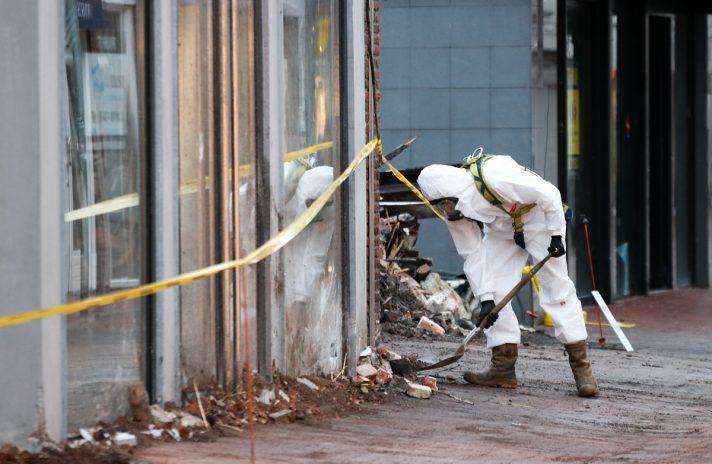 Foto van specialist die onderzoek doet na vrijkomen van gevaarlijke stoffen